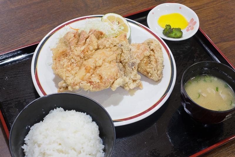 からあげ定食(はね)720円。