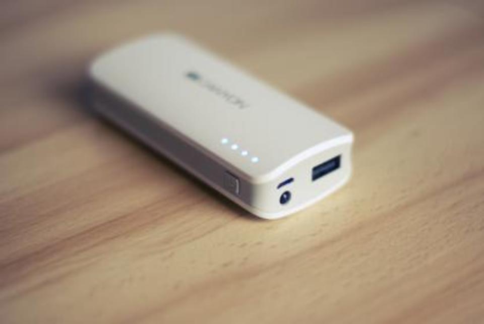 モバイルバッテリーは充電しながら給電できる?使用できる商品を紹介!