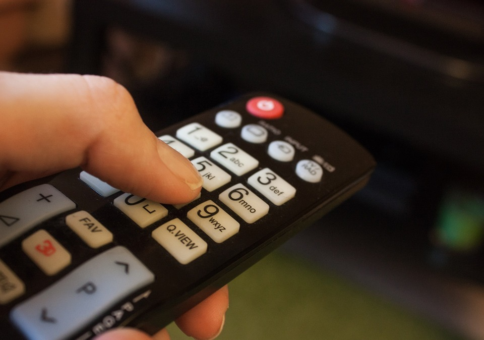 おすすめの汎用テレビリモコン9選!設定が簡単なのはどれ?