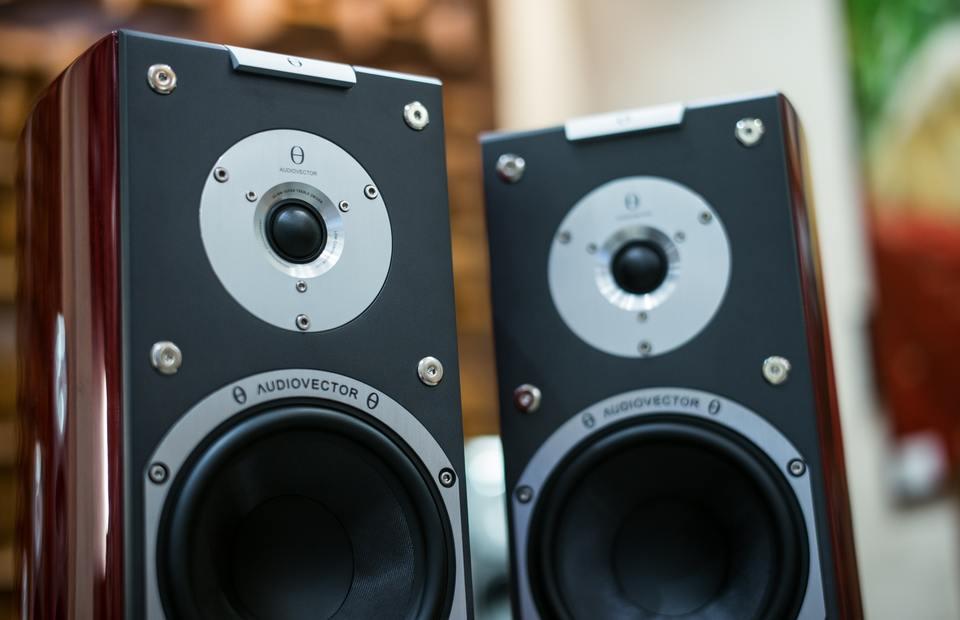 ヘッドホンとスピーカーはどっちが良いか解説!音質や違いは?