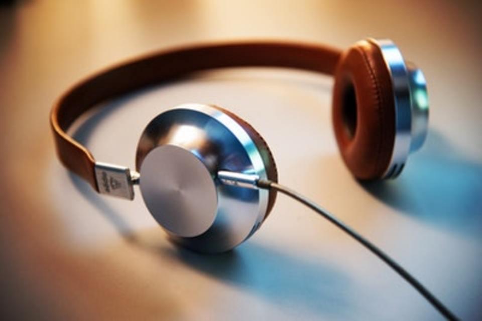 ヘッドホンは寝ながら使える?寝ながら音楽を聞く危険性も解説!