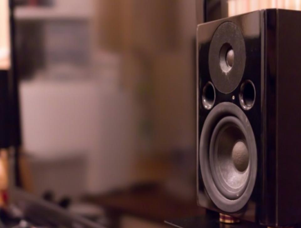 スピーカーのケーブルの違いで音質は変わらない?太さや長さの違いは?