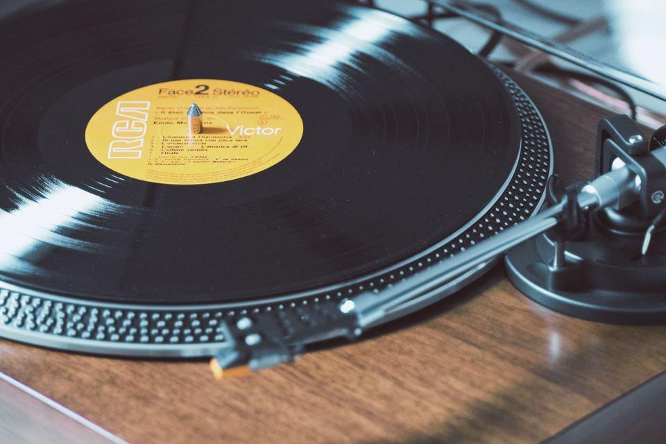 レコードプレーヤーの使い方を解説!間違ったレコードプレーヤーの使い方とは?