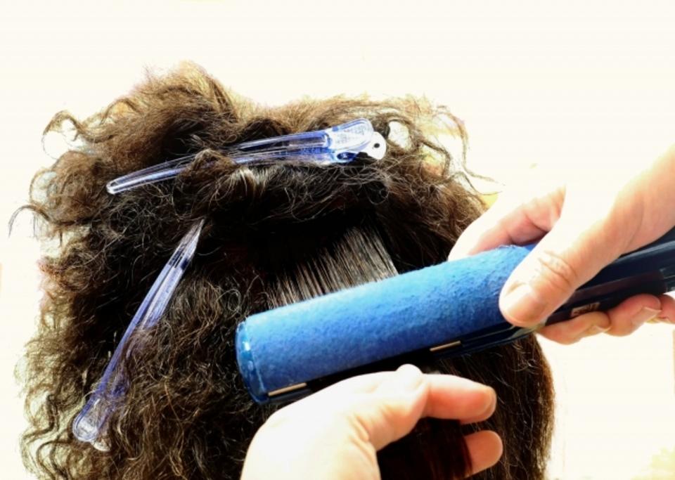 縮毛矯正後のヘアアイロンはいつからOKか解説!コテで巻き髪は?