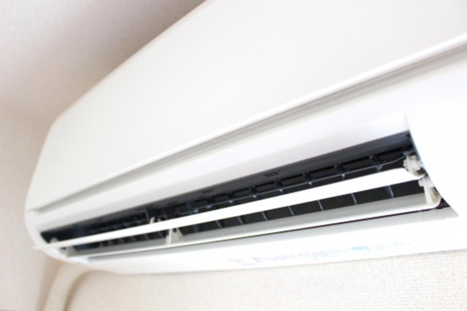 インバーターエアコンとは?仕組みや特徴、消費電力や電気代も解説!
