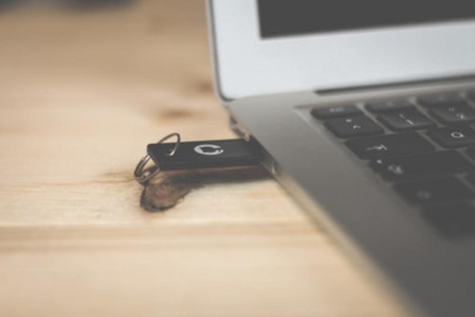 USBメモリは100均に売ってる?ケースやキャップはダイソーで