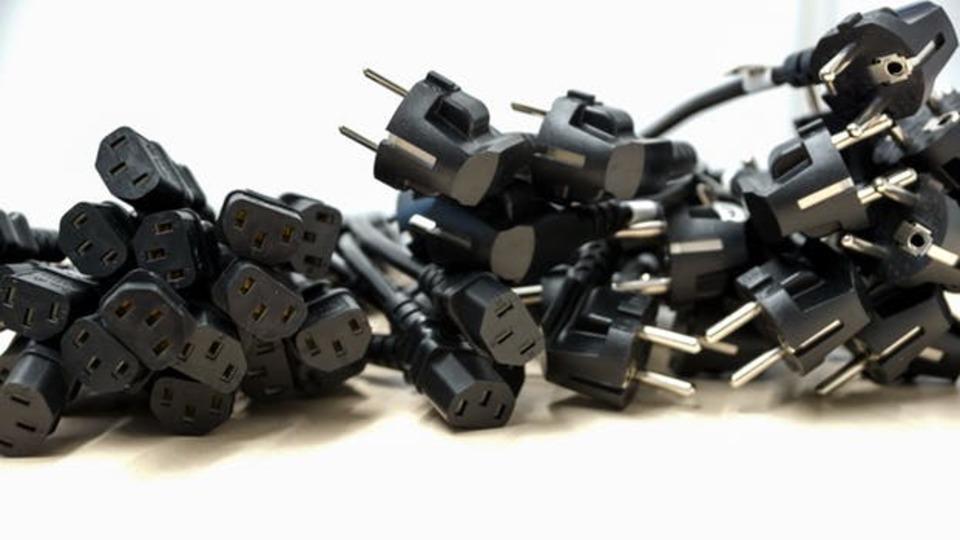 こたつの電気コードが断線!種類や交換方法を解説!3ピンは注意が必要