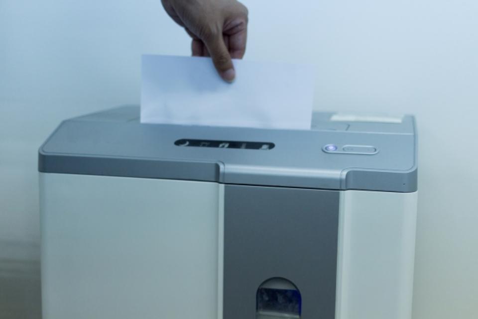 シュレッダーが紙詰まりで動かない原因と対処!紙詰まりを溶かすのは?
