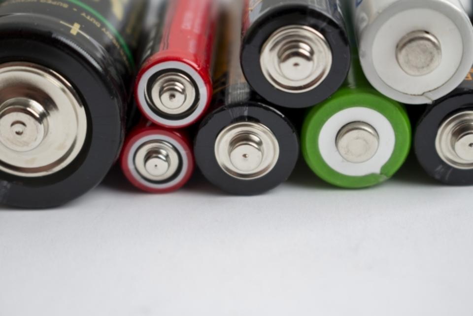 【豆知識】電池に向きがある理由!電池記号の電流の向きやバネは?