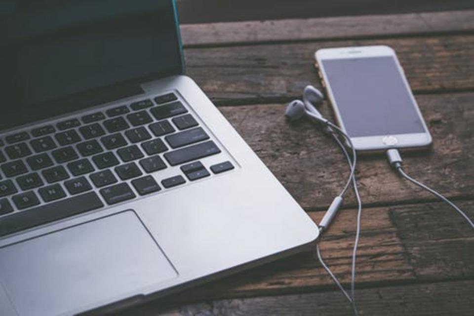 イヤホンの左右の音量が違う原因と対処!iPhone,PC,Android別!