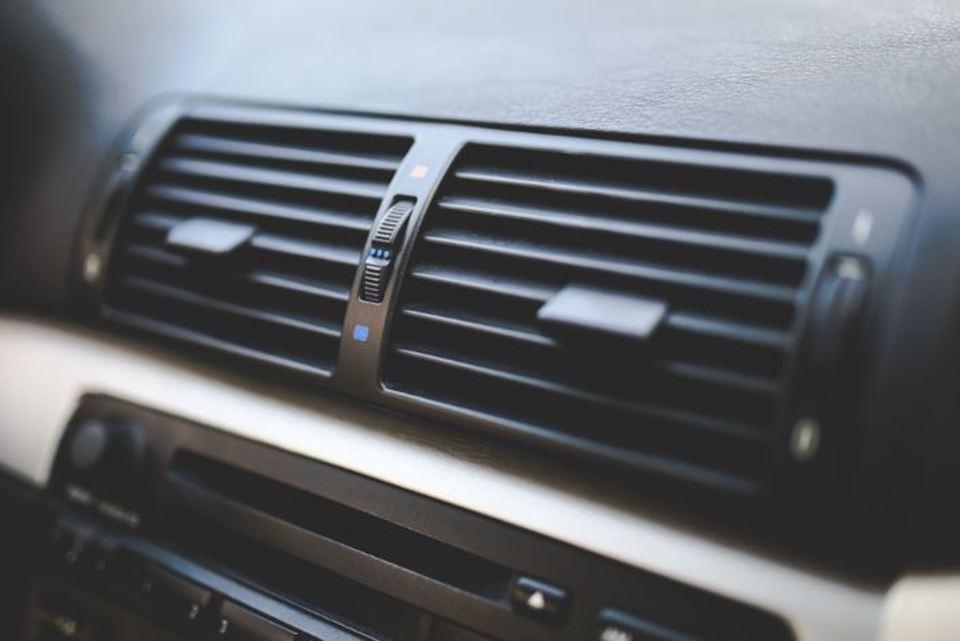 車のエアコンが臭い、、、 臭いの種類や原因、対策方法から予防法まで!