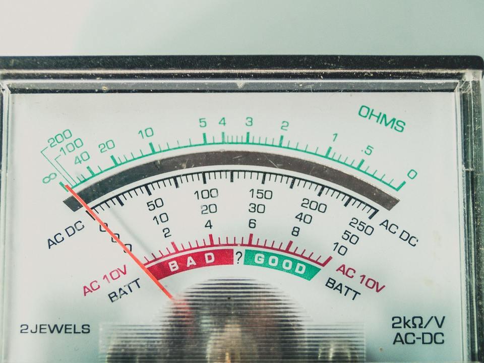 エアコンの除湿の電気代はどのくらいが基準?冷房とどっちがオトク?