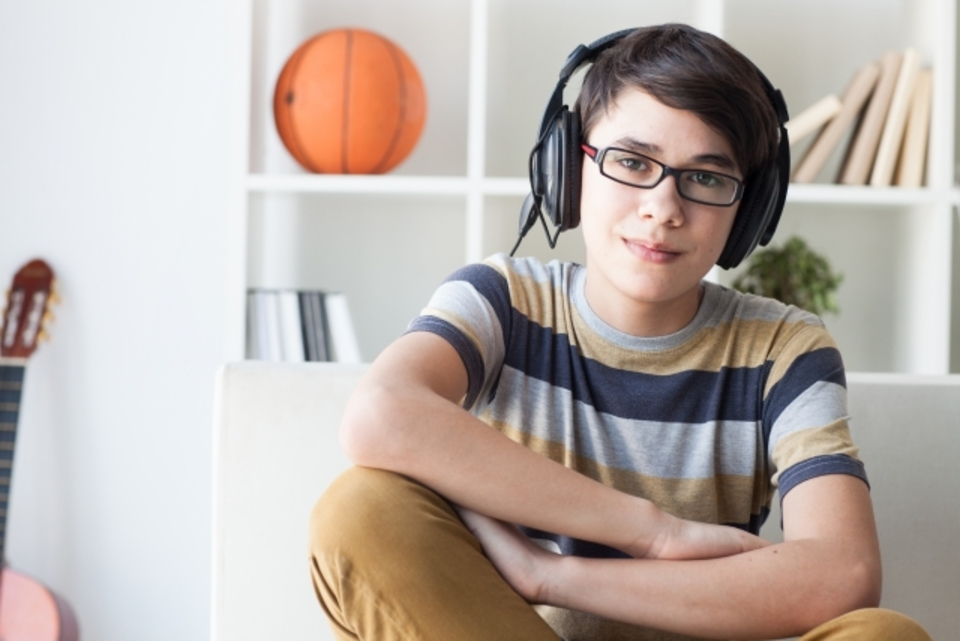 テレビをヘッドホン&ワイヤレスに!Bluetoothヘッドホンでテレビを楽しむ方法をご紹介