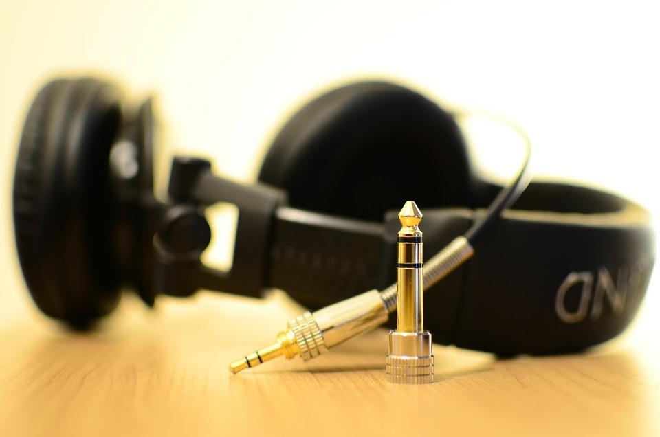 テレビのイヤホンジャックにイヤホンを挿したまま音を出す方法!