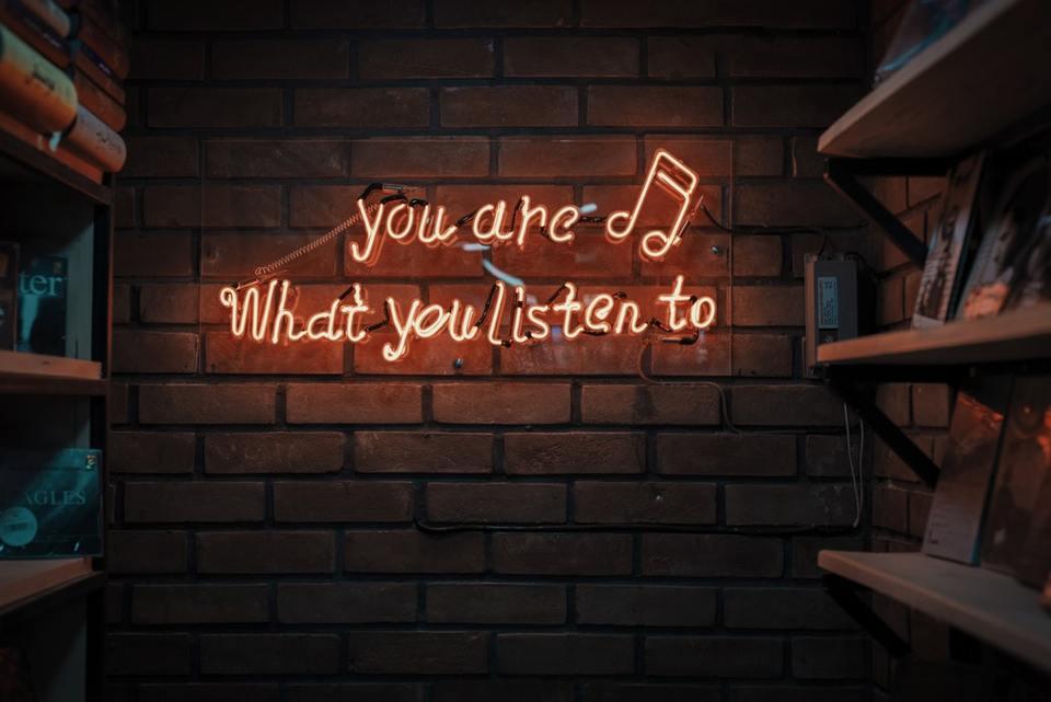 スピーカーとイヤホン。音楽を聴く時、実際どちらが良いのか?