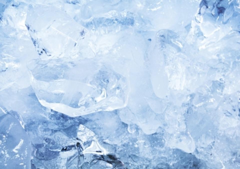 冷凍庫での氷をができるまでにはどれくらい時間がかかる?冷凍庫での製氷について解説
