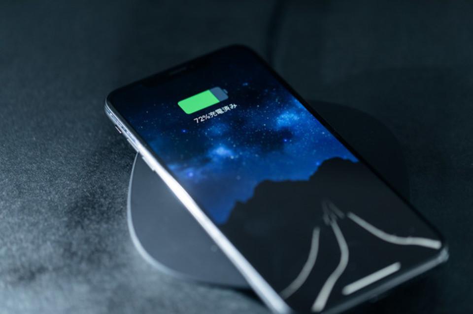 スマホを充電しながら使うと電池の寿命が縮む⁉充電しながらスマホを使っても大丈夫?