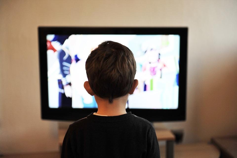 赤ちゃんにテレビは悪影響?いつから見せて良い?