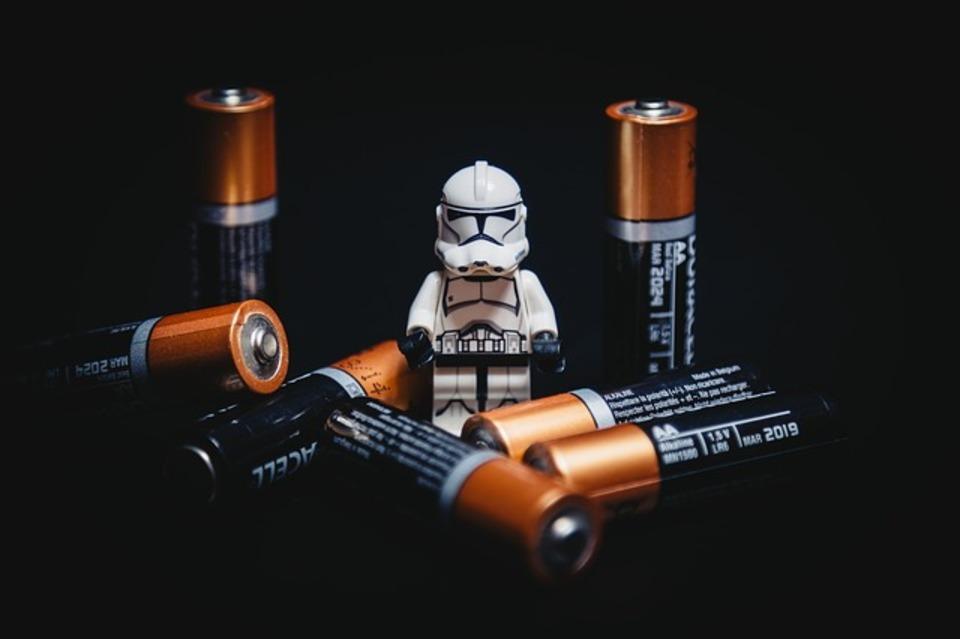 アルカリ乾電池は飛行機に持ち込める?充電式のリチウム電池はだめ?