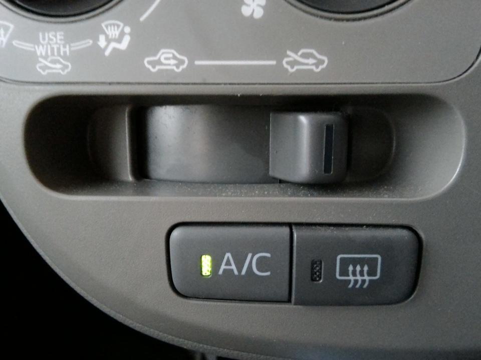 """車のエアコン""""酸っぱい""""臭いの原因と対処法を解説!人体に有害?"""