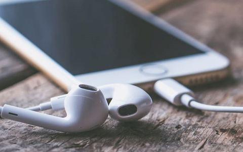 イヤホンが片方(片耳)が聞こえない時の直し方! iPhoneの場合は?
