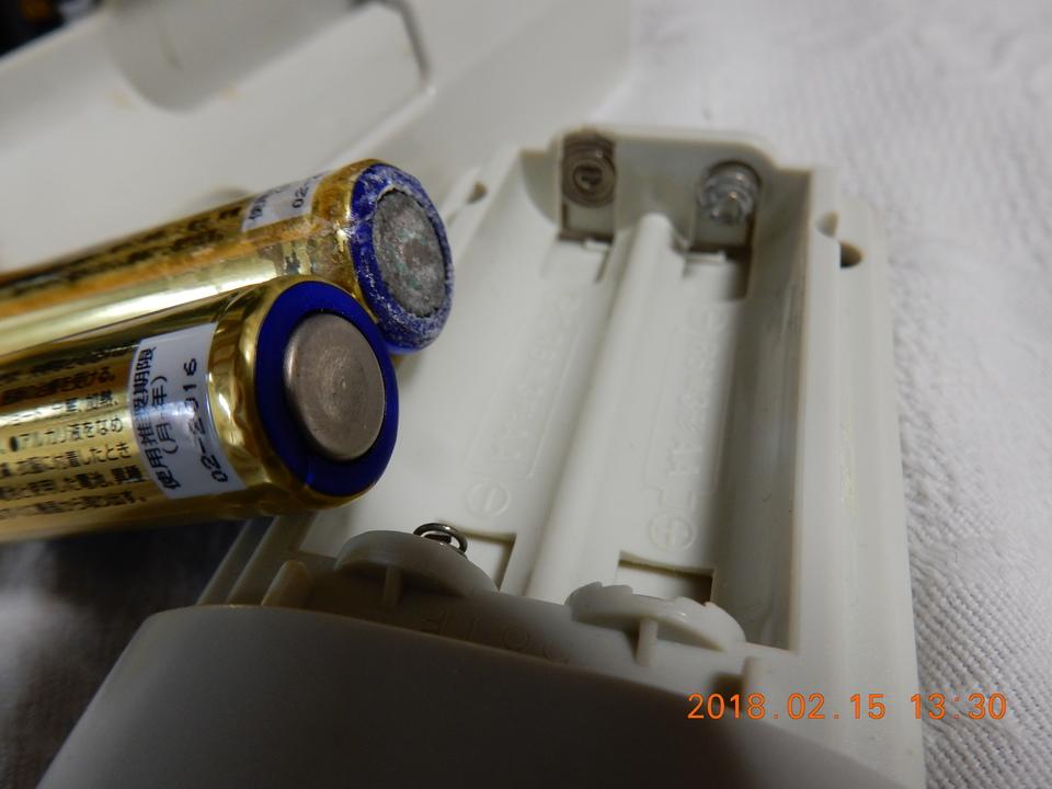 白い粉のついた電池と相手方の電気器具