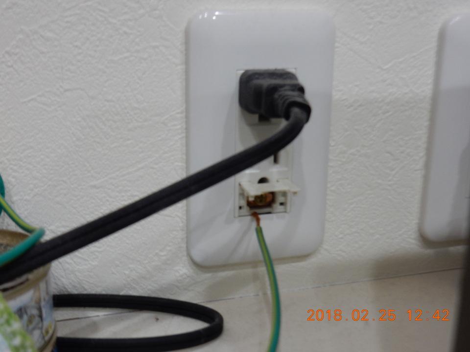 コンセントのアース線の接続口を開くと電子レンジ