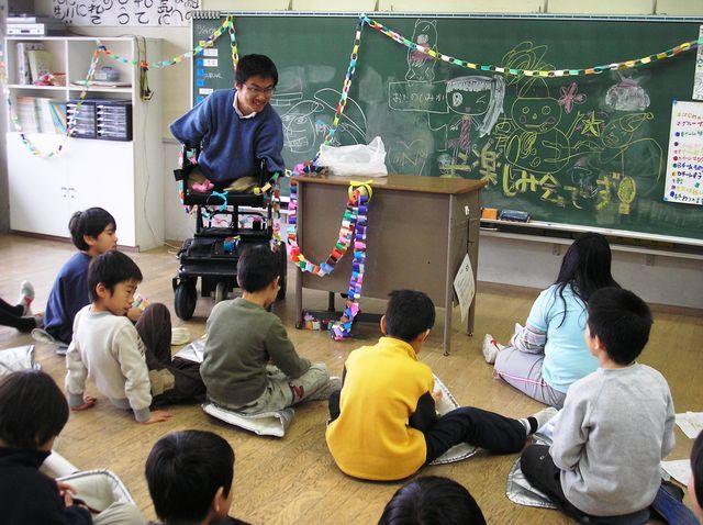 子どもたちの前で話をする教員時代の乙武さん