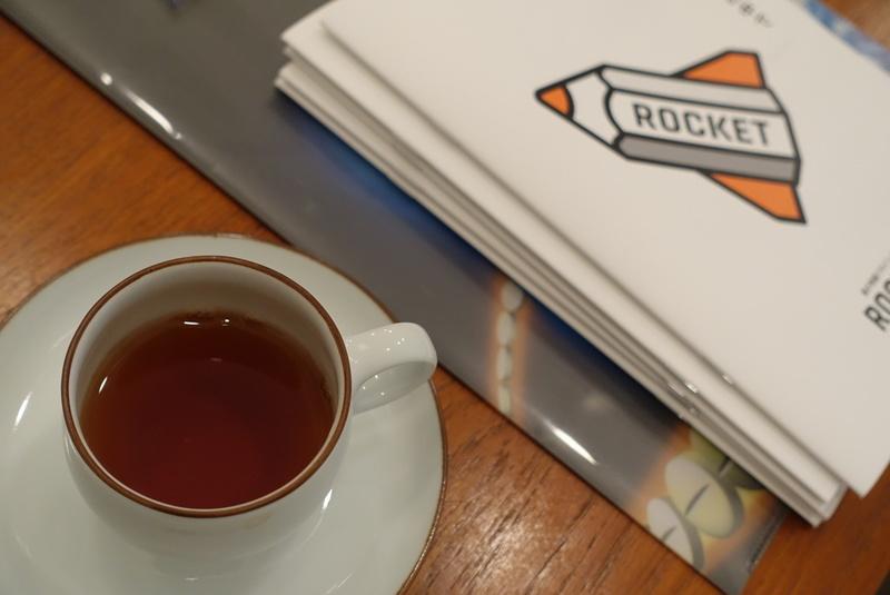 発達障害、不登校児の才能を伸ばすBranchのメンター交流会でのROCKETのステッカーと紅茶