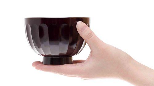 お茶碗を持つ
