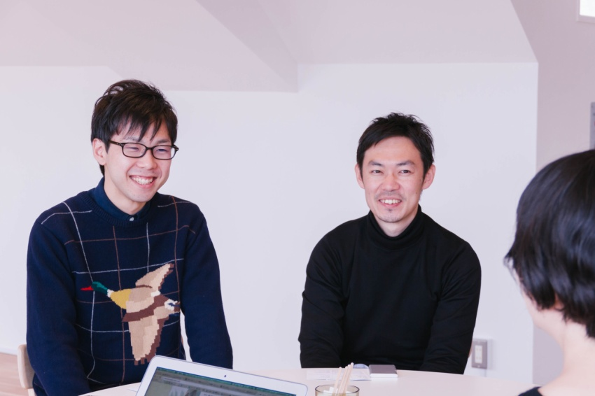 テクノロジーグループの濱崎さん・デザイングループの佐藤さん。