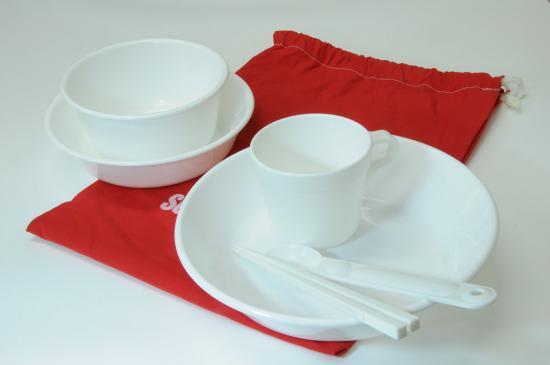 シンプルなプラスティック食器セット