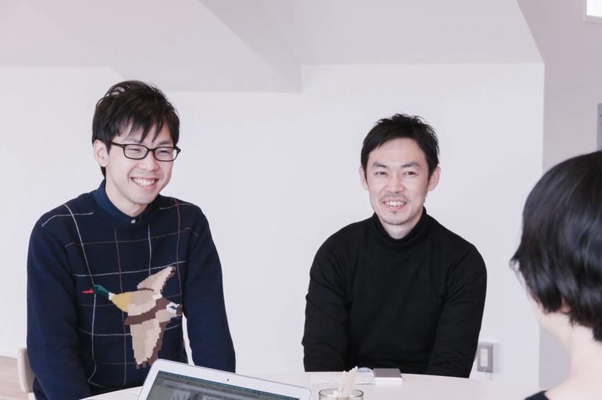 左がテクノロジーグループの濱崎さん。右がデザイングループの佐藤さん。
