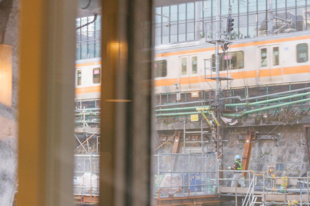 窓のすぐそばを、中央線・総武線・丸ノ内線が走っている。