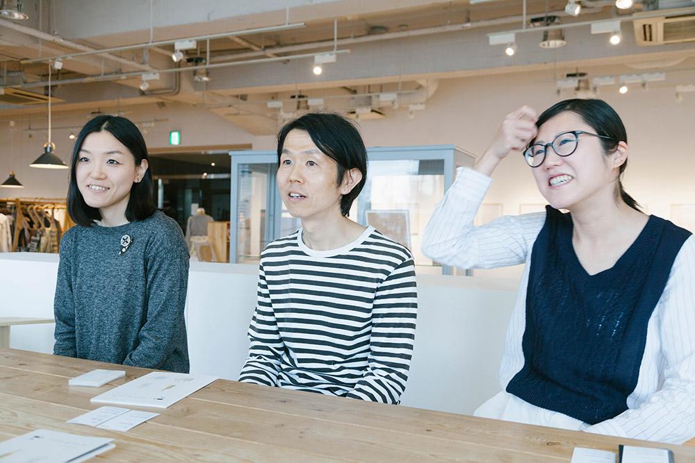 左から、アパレルのデザイナー・荒井さん、プロダクトのデザイナー・福島さん、広報の速水さん。