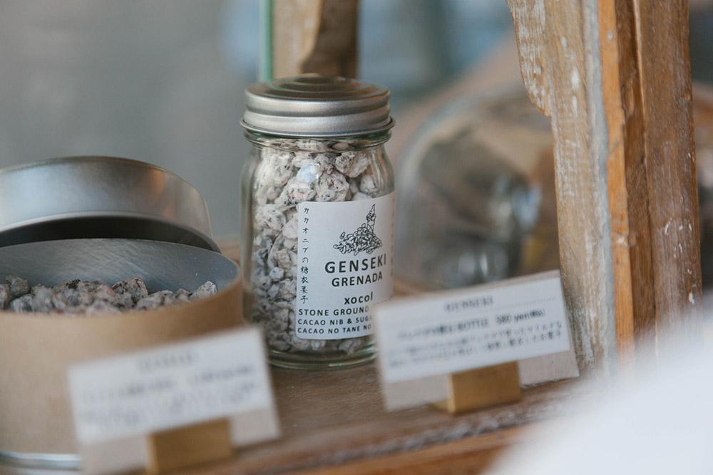 「原石」という名前のチョコレート。カカオ豆に砂糖がコーティングされている。