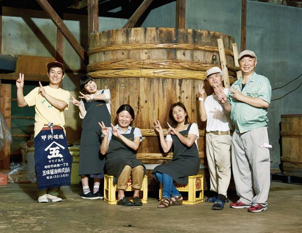 お父さんお母さん、兄の仁さんに洋子さん。職人さんとパートさんたち合わせて9人で営む醸造所。