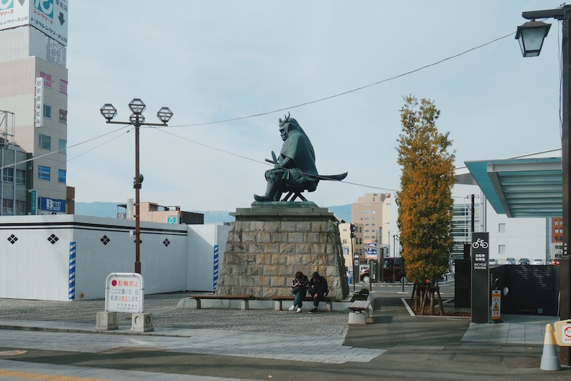 甲府駅南口の武田信玄像