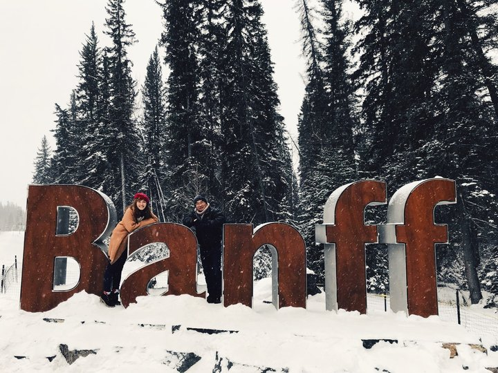 帶父母去旅行:查花與查花爸在Banff後面雪地裡拍照