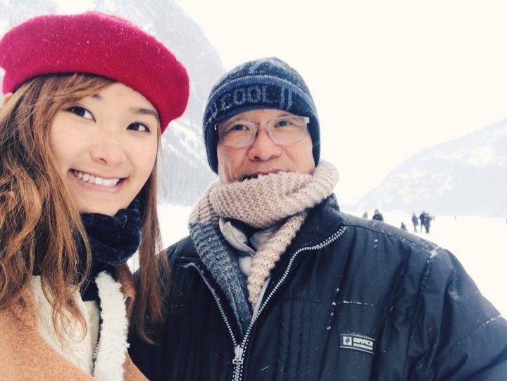 帶父母去旅行:查花與查花爸在雪地自拍