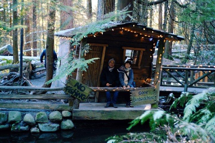 帶父母去旅行:查花跟查花爸在 no fishing 跟 gone birdwatching 的樹屋裡拍照