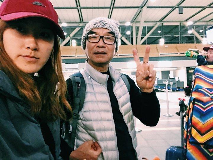 帶父母去旅行:查花跟查花爸在機場比YA拍照