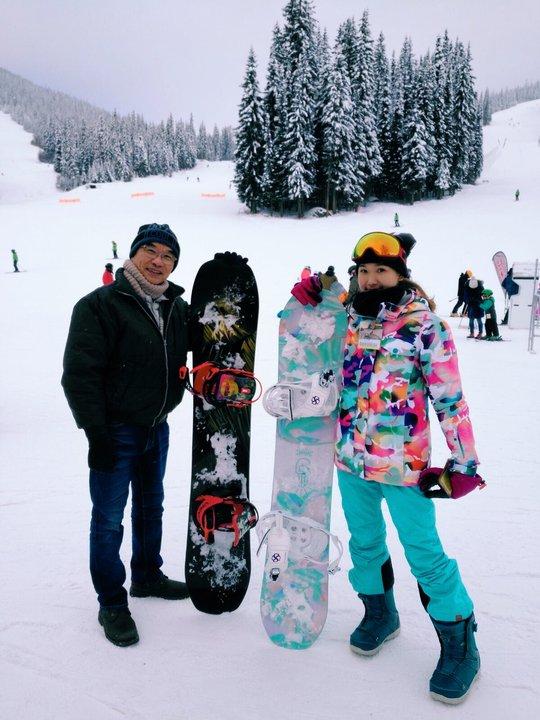 帶父母去旅行:查花與查花爸在滑雪場拿著雪板合照