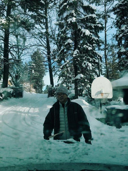帶父母去旅行:查花爸在雪裡的車子前面
