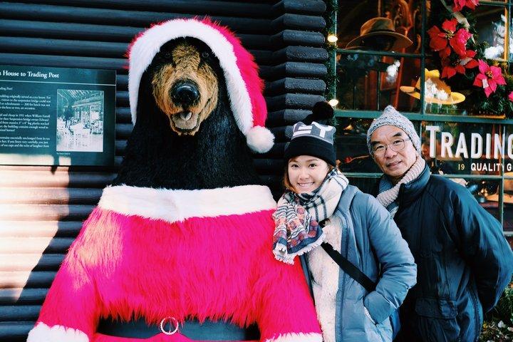 帶父母去旅行:查花與查花爸跟聖誕黑熊拍照