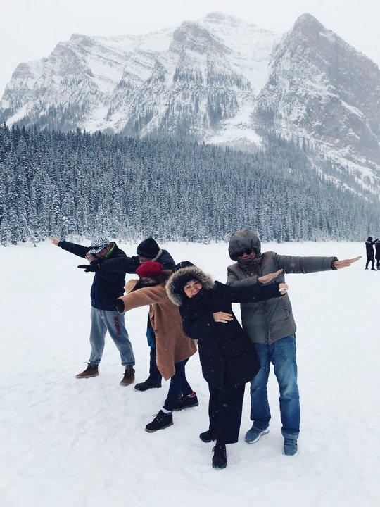 帶父母去旅行:五個人在雪地裡做出英雄動作