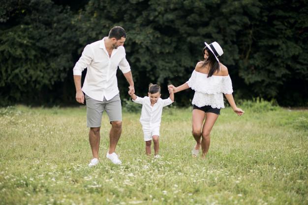 帶孩子出門旅遊:一家三口爸爸媽媽牽著兒子
