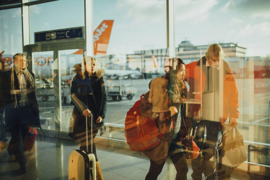 拉著行李的旅客在機場航廈裡行走