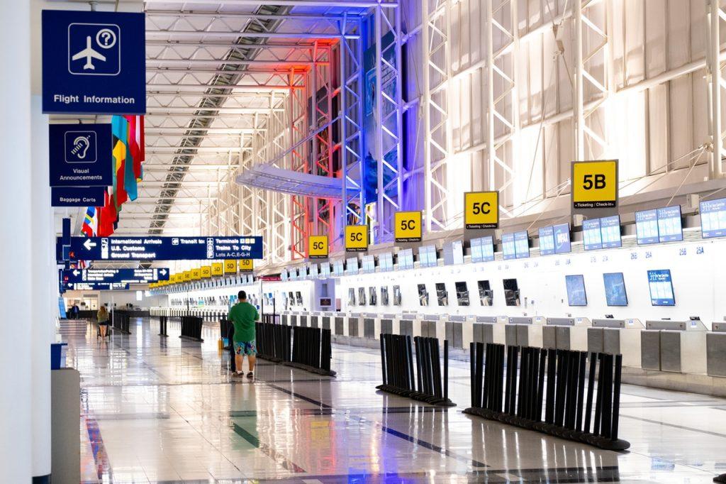 機場的報到櫃檯與遠處行走的旅客