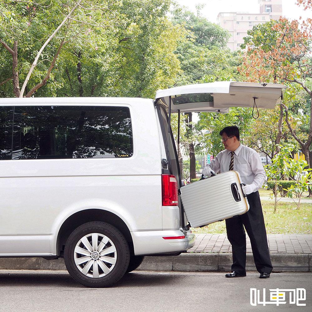 叫車吧機場接送:司機協助搬運行李上下車